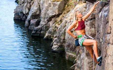 Výstup na novou ferratu ve skalnatém údolí Vltavy