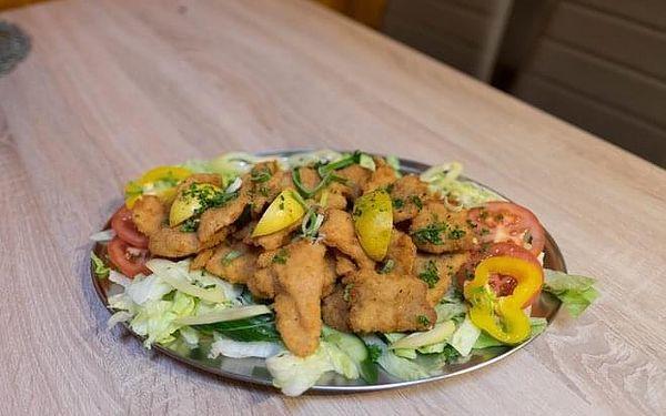 1200 g řízků (kuřecí a vepřové), salát a pečivo2