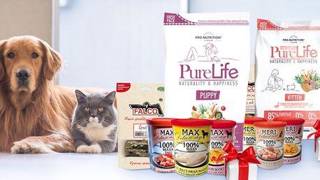 Balíčky granulí, konzerv a pamlsků pro psy i kočky