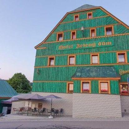 V srdci Krušných hor: Hotel Zelený Dům *** se zapůjčením trekových holí, láhví vína a polopenzí