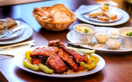 Šťavnatá žebírka, salát a škvarková pomazánka pro 2