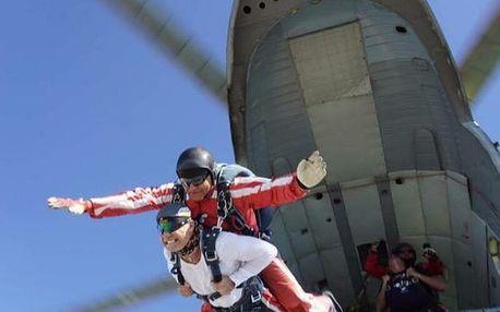 Tandemový seskok padákem z vrtulníku Mi-8