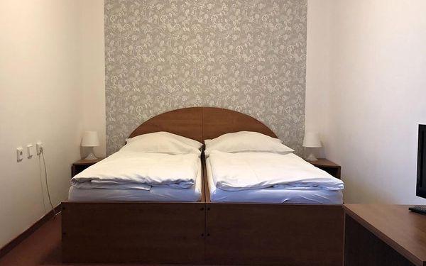Užijte si zasloužený odpočinek v resortu s neopakovatelným výhledem na Náchod a jeho okolí. Čeká na Vás bazén s protiproudem, vyhřátá sauna, uvolňující masáže, výborná kuchyně, rozlehlá zahrada s minigolfem a další slasti. Hotel je navíc vhodným východis2