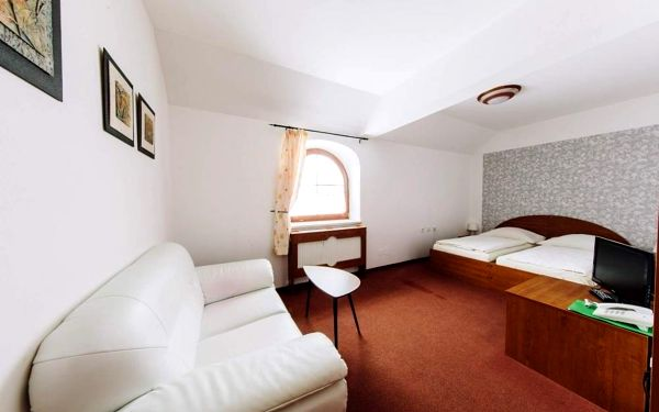 Užijte si zasloužený odpočinek v resortu s neopakovatelným výhledem na Náchod a jeho okolí. Čeká na Vás bazén s protiproudem, vyhřátá sauna, uvolňující masáže, výborná kuchyně, rozlehlá zahrada s minigolfem a další slasti. Hotel je navíc vhodným východis4