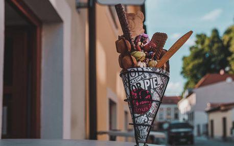 Bubble waffle se zmrzlinou a ovocem a k tomu káva