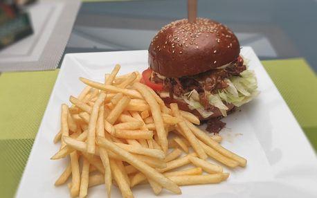 Burger s trhaným vepřovým a hranolky pro 1 či 2 os.