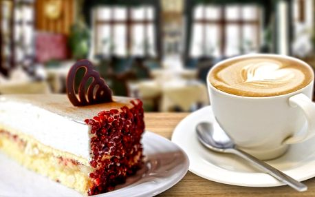Dva dorty s kávou či čajem a výhledem na orloj
