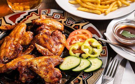 Pečená kuřecí křidélka, hranolky a tři druhy dipů