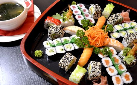 Sushi sety: 22–54 ks, minizávitky i polévky