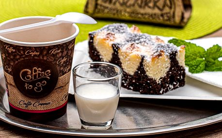 Káva s kokosovým zákuskem z artové kavárny
