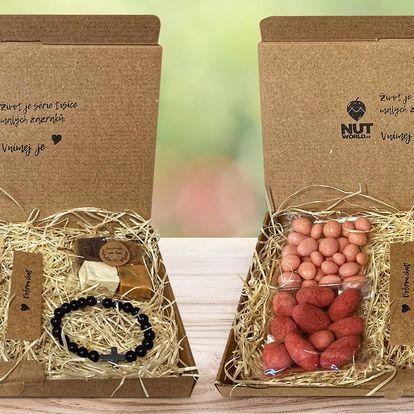 Dárkové krabičky s dobrotami, náramkem i svíčkou