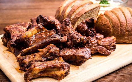 Kilo žeber v domácí BBQ omáčce, coleslaw a chléb