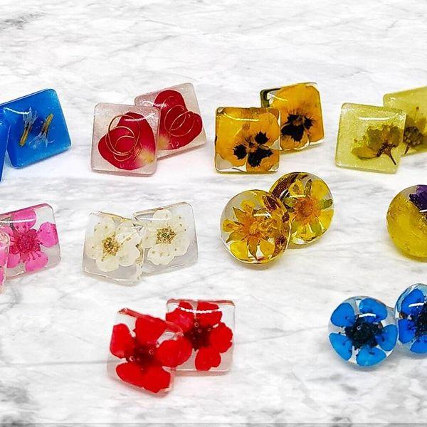 Náušnice s pravými květinami různých barev
