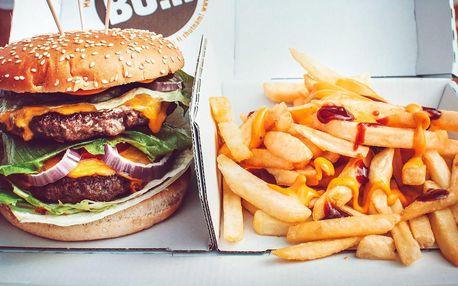 Hovězí burger a hranolky na odnos s sebou