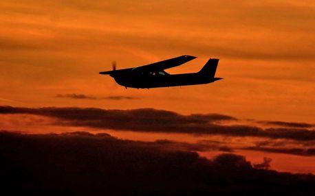 Ukázkový romantický let Cessnou při západu slunce