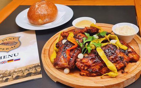 Pečená žebra, nakládaná zelenina a pecen chleba